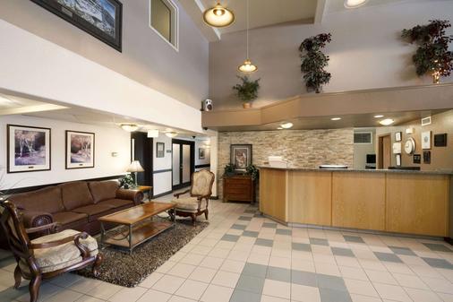 Super 8 by Wyndham Dawson Creek - Dawson Creek - Lobby