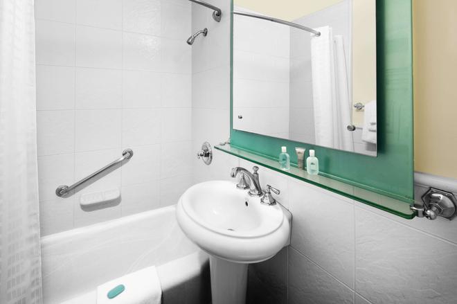 The New Yorker A Wyndham Hotel - New York - Bathroom