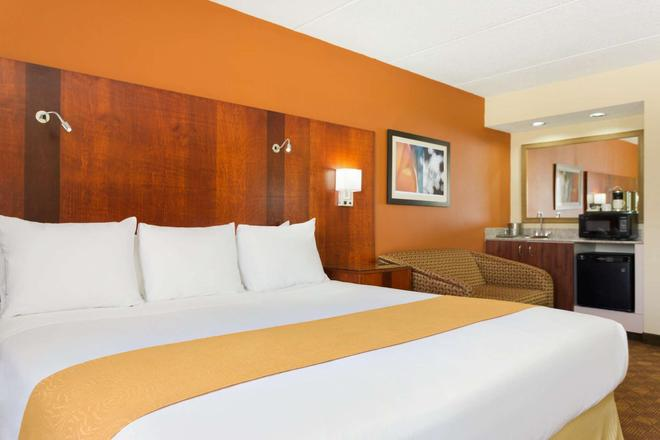 Radisson Inn Akron/Fairlawn - Akron - Bedroom
