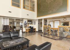 Days Inn by Wyndham Golden - Golden - Lobby