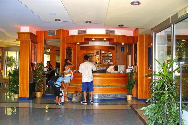 Ambassador Suite Hotel - Riva del Garda - Front desk