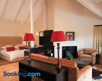 The Fernery Lodge & Chalets - Stormsrivier - Living room