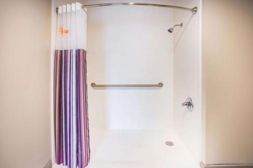 La Quinta Inn & Suites by Wyndham Cincinnati NE - Mason - Mason - Μπάνιο