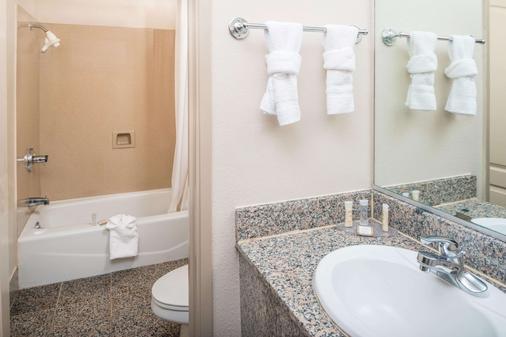 Howard Johnson by Wyndham San Francisco Marina District - San Francisco - Bathroom