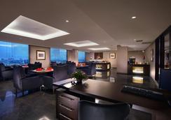 Aston Makassar Hotel & Convention Center - Makassar - Oleskelutila