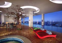 Aston Makassar Hotel & Convention Center - Makassar - Uima-allas