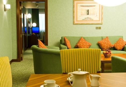 City Seasons Al Hamra Hotel - Abu Dhabi - Living room