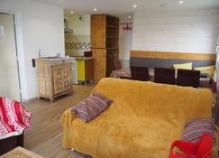 Alpe - D Huez 3 Bedroom Apartment 70 M² Balcony Mountain View Garage - Huez - Living room