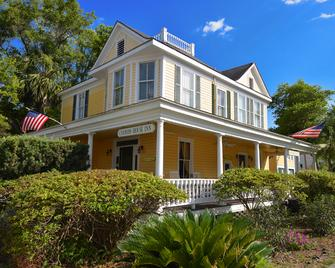 Coombs Inn and Suites Ascend Hotel Collection - Apalachicola - Building