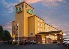 La Quinta Inn & Suites by Wyndham Portland Airport - Portland - Rakennus