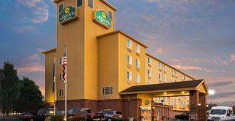 La Quinta Inn & Suites by Wyndham Portland Airport - Portland - Gebäude