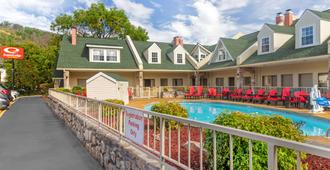 Econo Lodge Inn & Suites at the Convention Center - Gatlinburg - Building