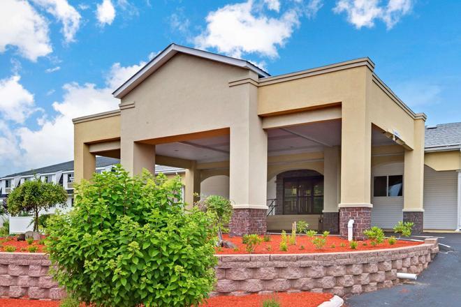 Ramada by Wyndham Kittery - Kittery - Building