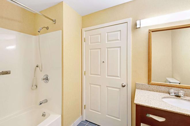Ramada by Wyndham Kittery - Kittery - Bathroom