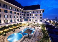 Grand Jatra Hotel Pekanbaru - פקאנבארו - בריכה