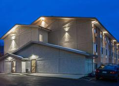 Super 8 by Wyndham Dubuque/Galena Area - Dubuque - Building