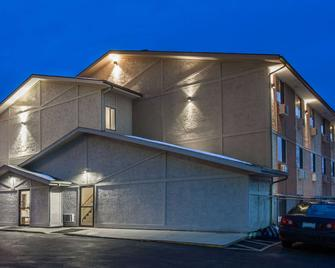 Super 8 by Wyndham Dubuque/Galena Area - Дабек - Building