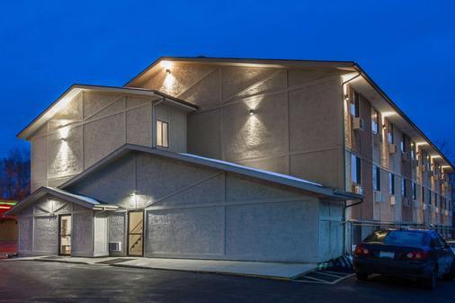 Super 8 by Wyndham Dubuque/Galena Area - Dubuque - Κτίριο