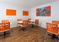 Super 8 by Wyndham Dubuque/Galena Area - Dubuque - Εστιατόριο