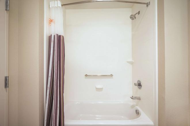 La Quinta Inn & Suites By Wyndham Dfw Airport South / Irving - Irving - Bathroom