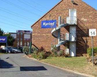 Kyriad Les Ulis - Les Ulis - Building