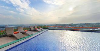 Harris Hotel & Conventions Ciumbuleuit - Bandung - Bandung - Piscina