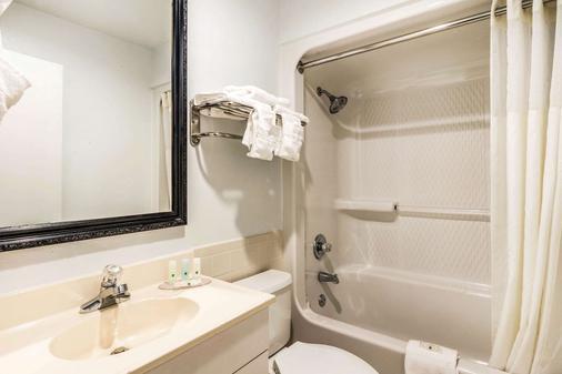 Quality Inn near Six Flags - Douglasville - Bathroom