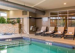 坎布里亞套房酒店 - 愛波頓 - 阿普爾頓 - 游泳池