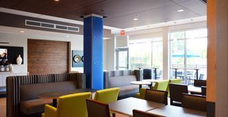 Holiday Inn Express & Suites Jacksonville W - I295 and I10 - ג'קסונוויל - טרקלין
