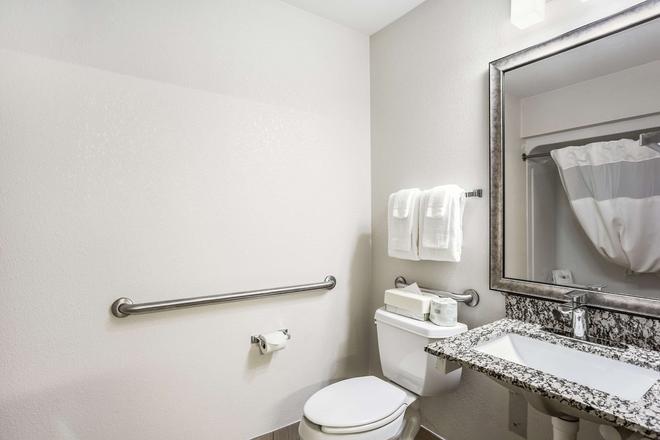 MainStay Suites - Cedar Rapids - Bathroom