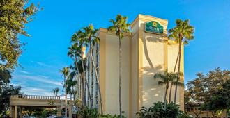 La Quinta Inn & Suites by Wyndham West Palm Beach Airport - West Palm Beach - Vista del exterior