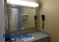 Deluxe Inn & Suites Baytown - Baytown - Bathroom