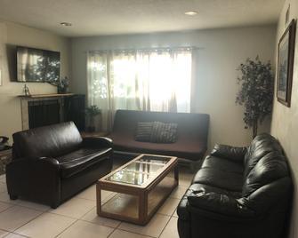 Comfy 3 Bedroom Home - Van Nuys - Living room