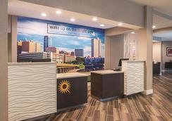 La Quinta Inn & Suites by Wyndham Fort Worth City View - Fort Worth - Vastaanotto