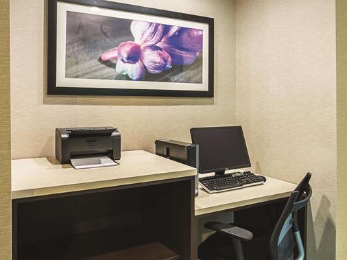 La Quinta Inn & Suites by Wyndham Fort Worth City View - Fort Worth - Liikekeskus