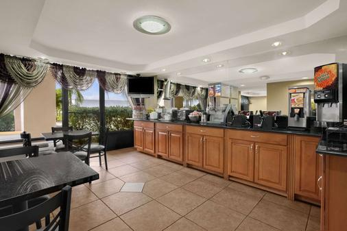 Super 8 by Wyndham Fort Myers - Fort Myers - Buffet