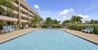 Super 8 by Wyndham Fort Myers - פורט מאיירס - בריכה