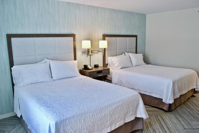 Hampton Inn & Suites by Hilton Fredericton - Fredericton - Makuuhuone