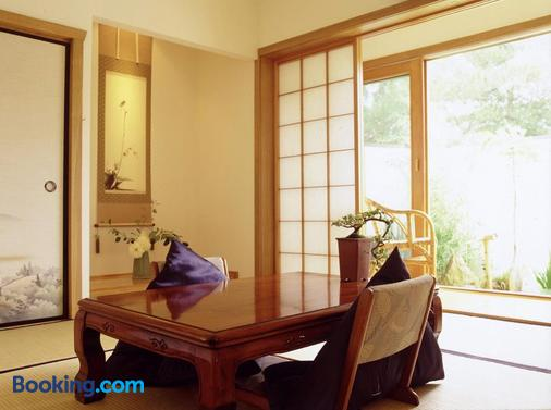 Shizuka Ryokan Japanese Guesthouse - Hepburn Springs - Dining room