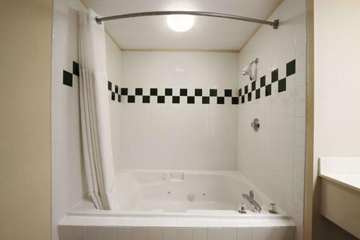 Ramada by Wyndham SeaTac Airport - SeaTac - Phòng tắm