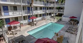 Motel 6 Los Angeles Bellflower - Bellflower - Pool