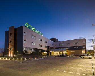 Dmax Hotel - Маріліа - Building