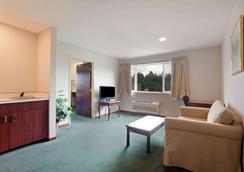 Days Inn by Wyndham Seatac Airport - SeaTac - Bedroom