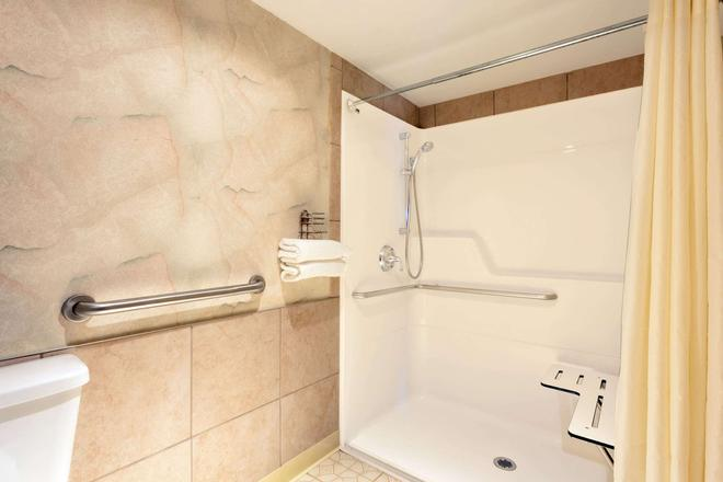 Days Inn by Wyndham Seatac Airport - SeaTac - Bathroom
