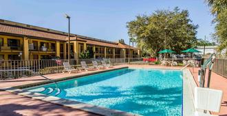 Quality Inn University - Gainesville - Piscina