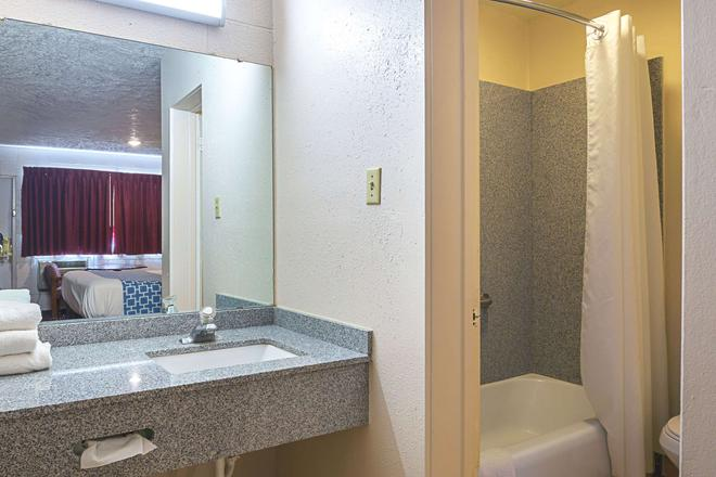 Rodeway Inn - Cedar City - Bathroom