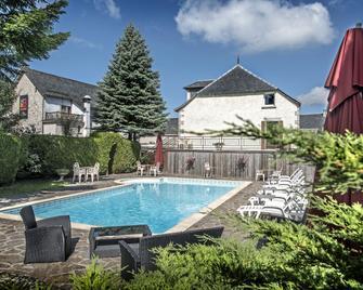 Hotel Le Rocher Blanc - Albaret-Sainte-Marie - Zwembad