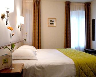 Logis Hôtel de la Paix - Saint-Nectaire - Bedroom
