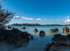Grotto Bay Beach Resort - Hamilton - Beach