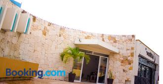 Moloch Hostel & Suites - Cancún - Building